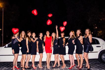 Piękne kobiety w wydaniu wieczorowym gotowe na wspaniałą imprezę podczas wieczoru kawalerskiego we Wrocławiu w naszej limuzynie