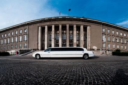 Nasza biała limuzyna na tle Urzędu Wojewódzkiego we Wrocławiu