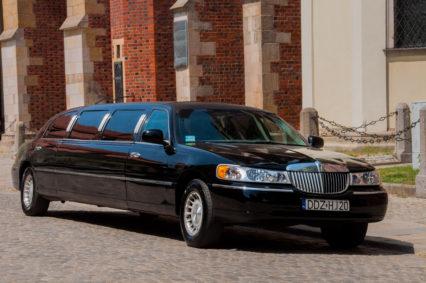 Czarna limuzyna to najlepszy środek transportu na imprezę