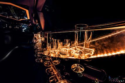 W naszych limuzynach możesz liczyć na lampkę szampana