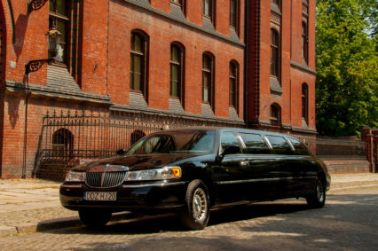 Nasza czarna limuzyna oczekująca na gości wieczoru kawalerskiego we Wrocławiu