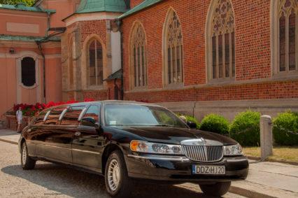 Nasza czarna limuzyna na Ostrowie Tumskim we Wrocławiu oczekująca na parę młodą
